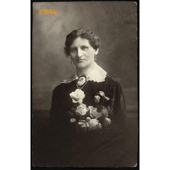 Stojkovits és Békés műterem, Arad, Erdély, elegáns hölgy gyönyörű medállal, virágokkal, 1910-es évek, Eredeti fotó, papírkép.