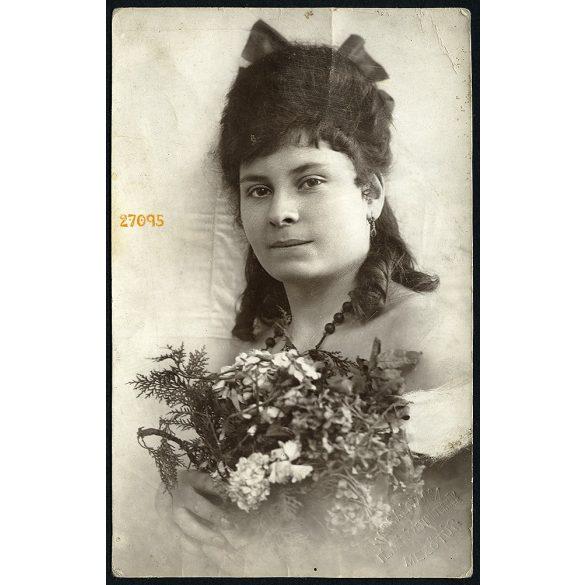 Varga és Társa Mezőtúr, elegáns fiatal hölgy virággal, masnival, nyaklánccal, portré, 1924, 1920-as évek, Eredeti fotó, papírkép.