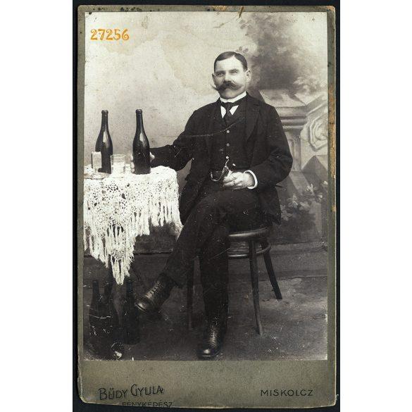 Bűdy műterem, Miskolc,  elegáns férfi hatalmas bajusszal, borosüvegekkel, szipkával, portré, 1900-as évek, Eredeti kabinet fotó.