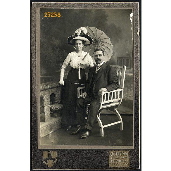 özv. Bienenfeld műterem, Budapest,  Városliget, elegáns házaspár napernyővel, bajusz, kalap, 1890-es évek, Eredeti kabinetfotó, hátoldalon a műterem képe.