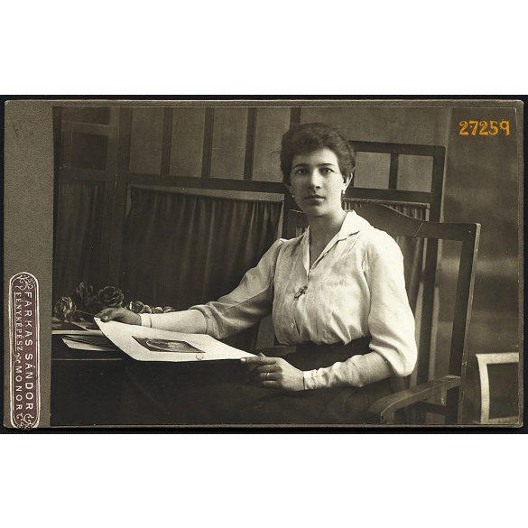 Farkas műterem, elegáns hölgy szentképpel, virággal, Monor,  portré, 1900-as évek, Eredeti kabinetfotó.