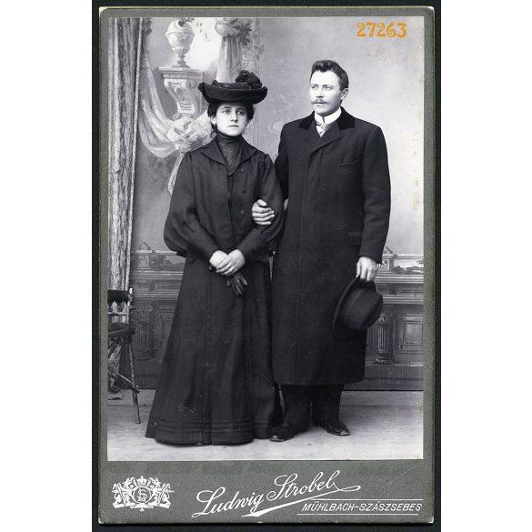 Strobel műterem, Szászsebes (Mühlbach), Erdély, elegáns házaspár télikabátban, kalappal, 1900-as évek, Eredeti kabinetfotó.