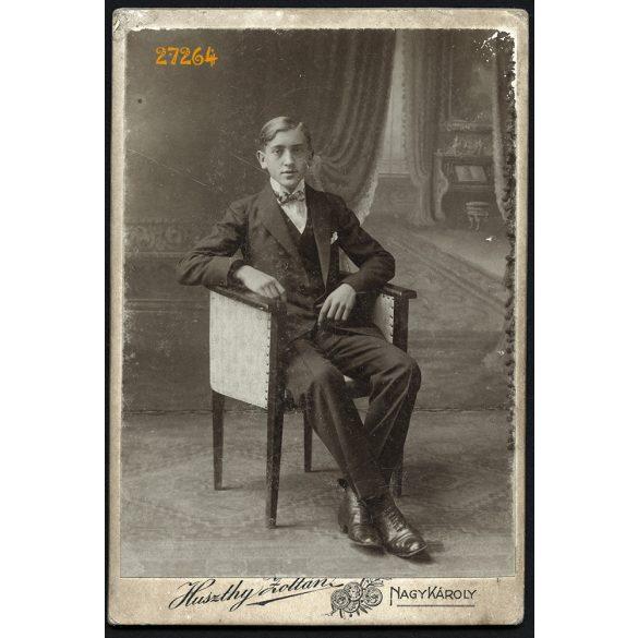 Huszthy műterem, Nagykároly, Erdély, elegáns fiatal férfi fotelben, portré, 1890-es évek, Eredeti kabinetfotó, hátoldalán a műterem rajza.