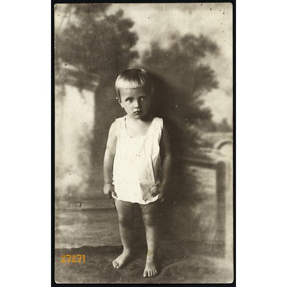 Berger Margit műterme, Szarvas, kislány pendelyben, különös festett háttérrel, 1930-as évek, Eredeti fotó, papírkép.