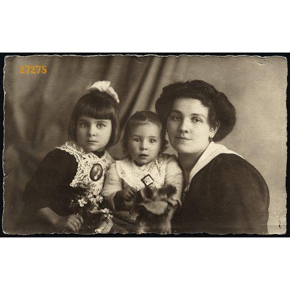 Velenczey és Sebes műterem, Budapest, anya kislányaival, medál, portré, család, 1910-es évek, Eredeti fotó, papírkép.