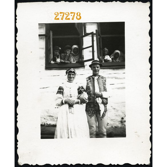 Lendáki szlovák népviselet, Lándok, Felvidék, 'két testvér és sok gyerek', 1930-as évek, Eredeti fotó, papírkép.
