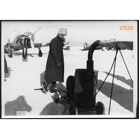 'Melgítik a motorokat az olasz repülőtéren', repülőgép, 2. világháború, katona,  1940-es évek, Eredeti nagyobb méretű sorszámmal ellátott LUCE fotó, papírkép.