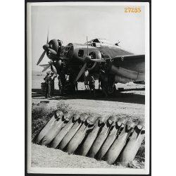 'A Keselyűk bombázóosztály egyik Savoia Marchetti S. 79. típusú hárommotoros nehéz bombázógépét üzemkésszé teszik az egyik olasz repülőtéren', katona, pilóta, repülőgép, 2. világháború, 1940-es évek,