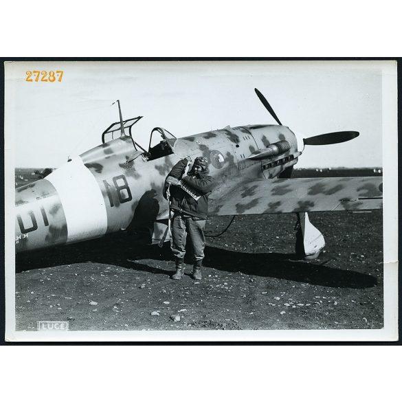 Macchi C 202 vadászrepülő pilótájával,  Líbia, 2. világháború, katona, 1940-es évek, Eredeti nagyobb méretű sorszámmal ellátott LUCE fotó, papírkép.