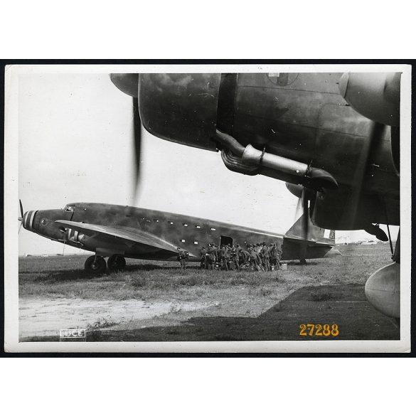 'Olasz különleges csapatok beszállnak a hatalmas Savoia Marchetti S.82. csapatszállító gépekre, útban Albániába', repülő, katona, 2. világháború,  Eredeti nagyobb méretű sorszámmal ellátott LUCE fotó,