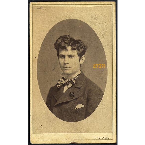 Stagl műterem, Sopron, (Oedenburg), Séllyey József, elegáns fiatal férfi portréja, 1880, Eredeti CDV, vizitkártya fotó.