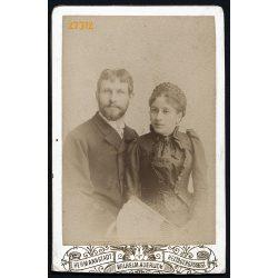 Auerlich műterem, Nagyszeben (Hermannstadt), Erdély, Pébal (?) Hugo és neje sz. Szábel Berta,  elegáns házaspár, legyező, 1891, 1890-es évek, Eredeti CDV, vizitkártya fotó, alja vágott..