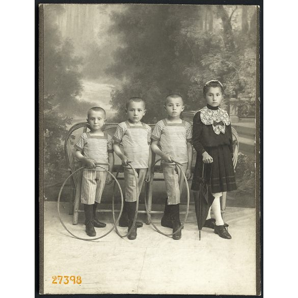 Hausler műterem, Beszterce, Erdély,  gyerekek esernyővel, karikákkal, játék, festett háttér, 1890-es évek, Eredeti kabinetfotó.