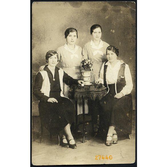 Angelo műterem, Brassó, Erdély, elegáns hölgyek az asztal körül, ikrek (?), 1920-as évek, Eredeti fotó, papírkép.