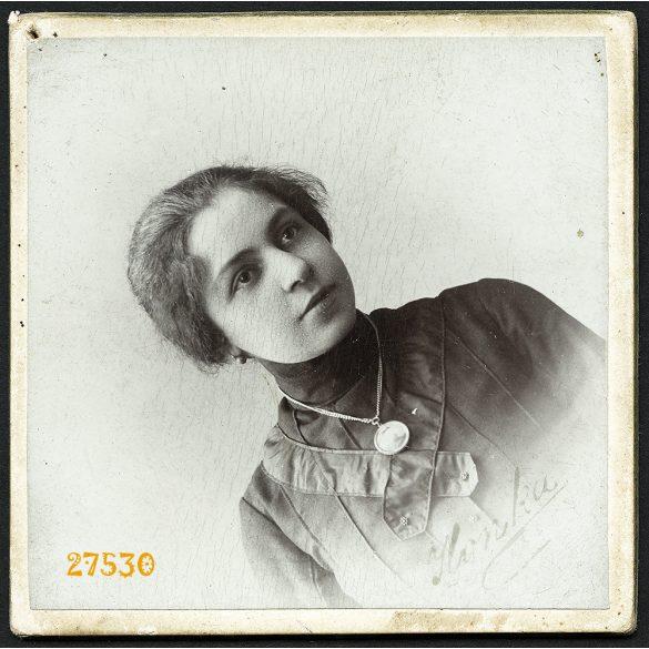 Székely Aladár műterme, Budapest, elegáns hölgy, Ilonka portréja, ékszer, nyaklánc, 1904, 1900-as évek, Eredeti kisméretű kabinetfotó, egyik sarkán pici lyuk, hátulján felirat.