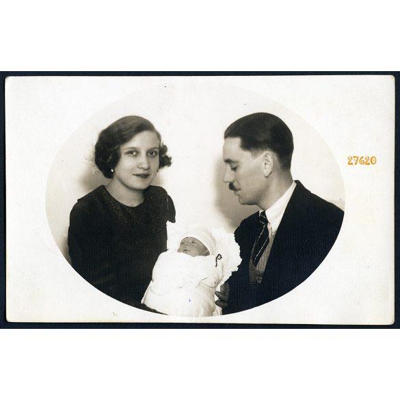 """Szülők csecsemővel, Úri, """"Emlékül a kis Máriától két hetes korában Böske néninek"""",1937, 1930-as évek, Eredeti fotó, papírkép, készítette a Pankovits műterem, Gyömrő."""