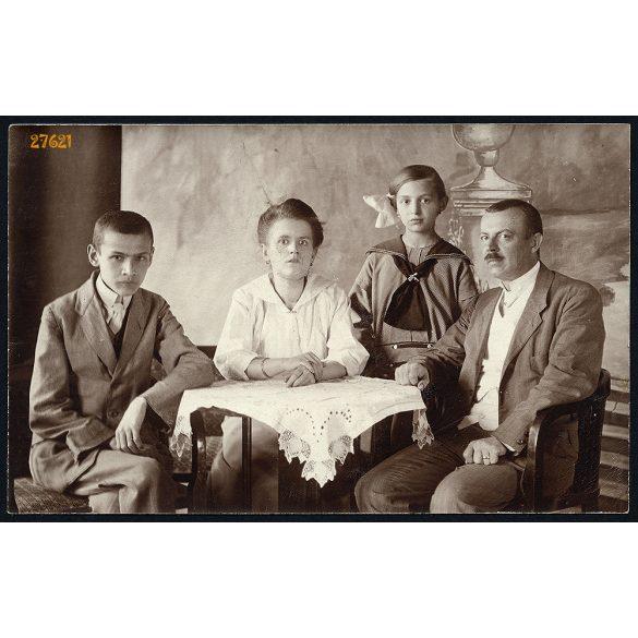 Oppelcz műterem, Budapest, szülők gyerekekkel az asztal körül, festett háttér, családportré, 1920-as évek, Eredeti fotó, papírkép.