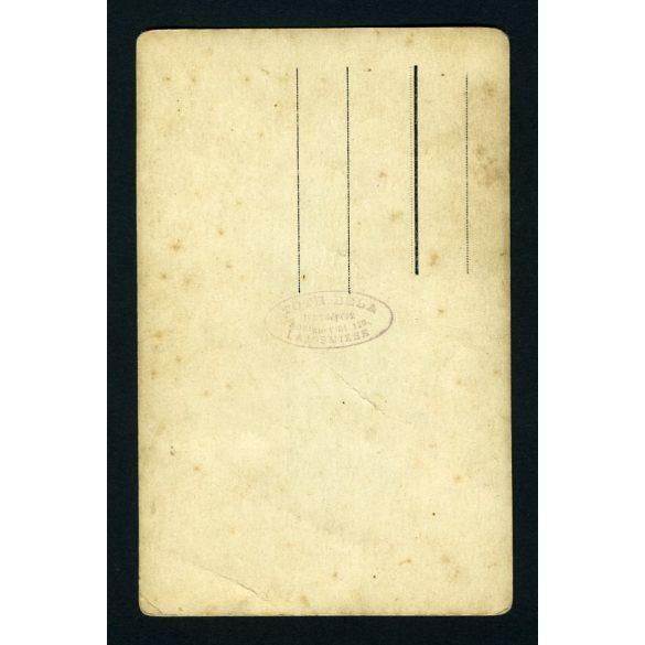 Tóth műterem, Lajosmizse, 1920-as évek, fiú csíkos öltönyben könyvvel, különös (szabadtéri ?) vidéki műterem földes padlóval, festett háttérrel. Eredeti fotó, papírkép.
