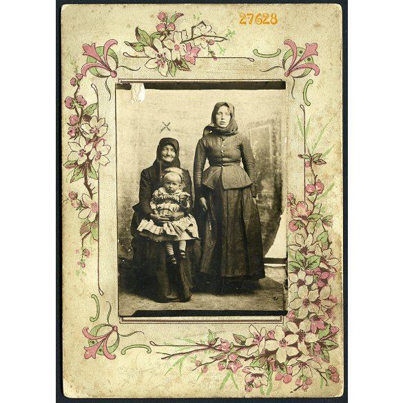 Korona fényképészeti művállalat, Budapest, parasztasszonyok alkalmi műteremben, nagymama, anya, unoka, 1900-as évek, Eredeti kabinetfotó, kézzel színezett karton.