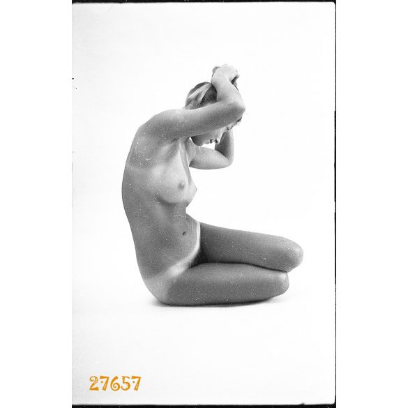 Művészi akt, erotikus felvétel. Hölgy műteremben. Eredeti fotó negatív.