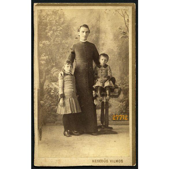 Hegedűs műterem, Szentes, egyházfi, pap, egyházi méltóság elegáns gyerekekkel, festett háttér, 1880-as éves, Eredeti CDV, vizitkártya fotó.