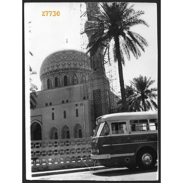 Ikarus 66 autóbusz, Bagdad, Irak, mecset, jármű, közlekedés, dobi fotó, 1960-as évek, Eredeti fotó, nagyobb méretű papírkép, alja törött..