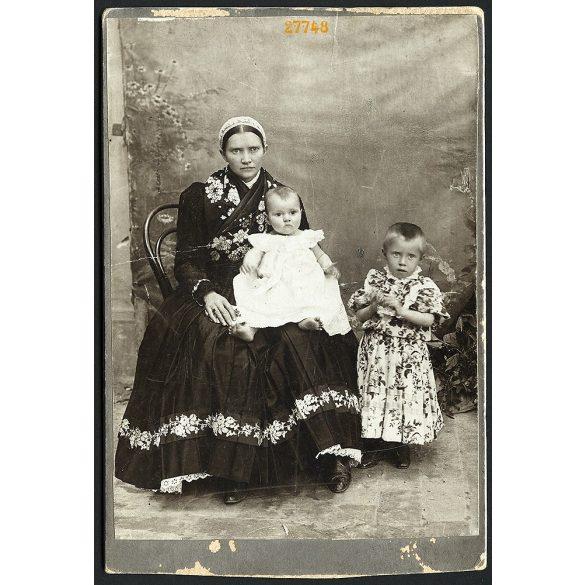 Biszelt műterem, Battonya (Mezőhegyes), asszony szerb (?) népviseletben, gyerekekkel, portré, 1890-es évek, Eredeti kabinetfotó.