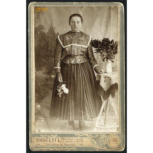 Erdélyi műterem, Tótkomlós (Nagylak), fiatal nő szlovák (?) népviseletben, portré, 1890-es évek, Eredeti kabinetfotó.