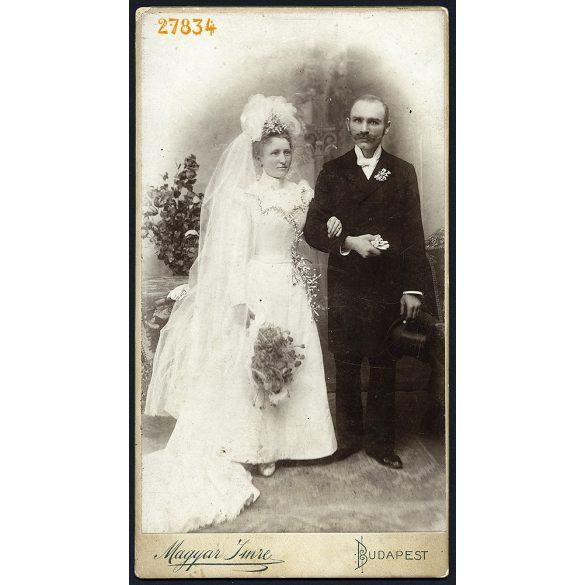 Magyar műterem, Budapest, idősebb pár esküvői portréja, menyasszony, vőlegény, virág, cilinder, 1890-es évek, Eredeti nagyméretű (!) kabinetfotó.
