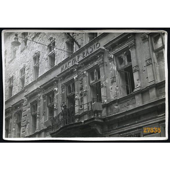 Forradalom, Budapest, Bródy Sándor utca, Magyar Rádió szétlőtt székháza katonákkal, 1956, 1950-es évek, Eredeti fotó, papírkép.
