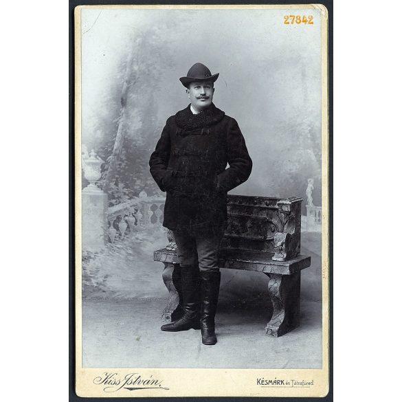 Kiss műterem, Késmárk (Felvidék), férfi bajusszal, nemesi magyaros ruhában, csizmában, portré, 1880-as évek, Eredeti kabinetfotó.