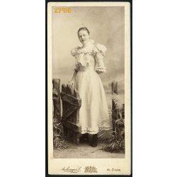 Aichinger műterem, Magyaróvár, fiatal hölgy a kiskapuban, portré, különös díszlet, 1890-es évek, Eredeti kabinetfotó.