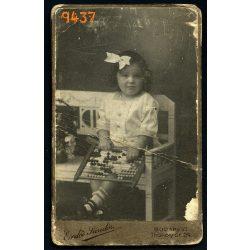 Erdős Sándor műterme, kislány abakusszal, számológép, masni, játék, Budapest, portré, 1913, Eredeti CDV, vizitkártya fotó.