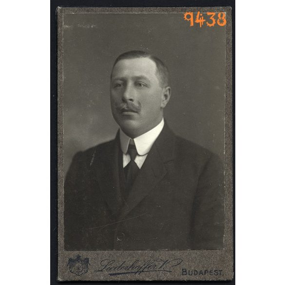 Liederhoffer Vilmos műterme, elegáns férfi bajusszal, Budapest, portré, 1890-es évek, Eredeti CDV, vizitkártya fotó.