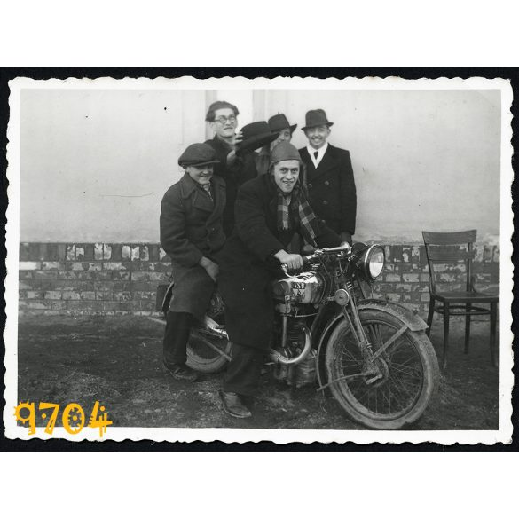 NSU motorkerékpár, Bia, Biatorbágy, jármű, közlekedés, fiúk motoron, kalap, bőrsisak 1940, Eredeti fotó, papírkép.