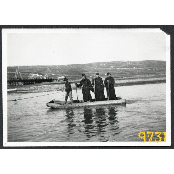 katona, egyenruha, 2. világháború, átkelés ladikon, Tisza folyó, Magyarország, 1940-es évek, Eredeti fotó, papírkép.